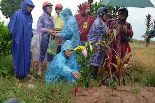 Vụ TMV Cát Tường: Gia đình đội mưa đi nhận mộ con - 2