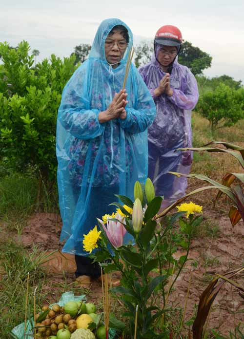 Vụ TMV Cát Tường: Gia đình đội mưa đi nhận mộ con - 4