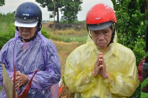 Vụ TMV Cát Tường: Gia đình đội mưa đi nhận mộ con - 6