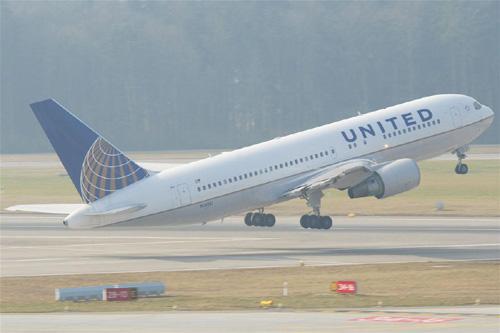 Mỹ: Máy bay chở 233 người hạ cánh khẩn cấp vì hỏa hoạn - 1