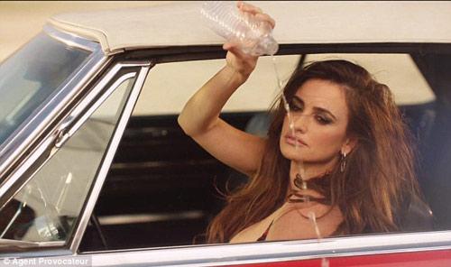 """Fan """"bốc hỏa"""" vì quảng cáo nội y của Penelope Cruz - 6"""