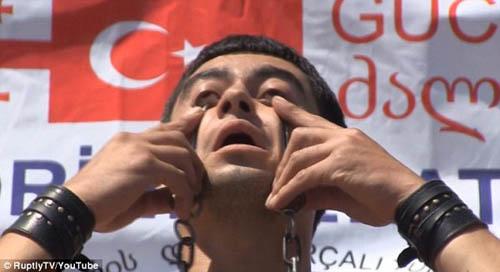 Video kinh dị: Nâng tạ bằng hốc mắt - 2