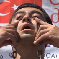 Video kinh dị: Nâng tạ bằng hốc mắt
