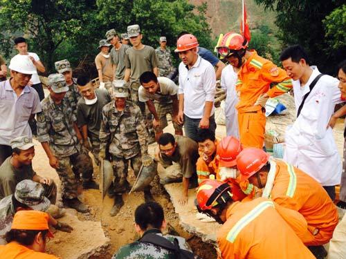 TQ: Giải cứu bà cụ bị chôn vùi 2 ngày do động đất - 1