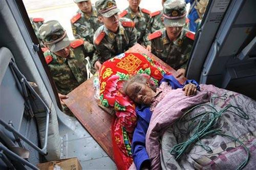 TQ: Giải cứu bà cụ bị chôn vùi 2 ngày do động đất - 2