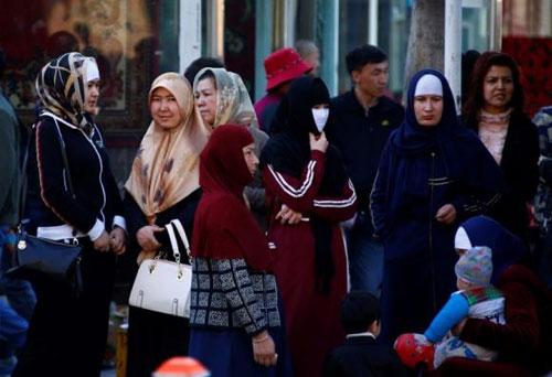 TQ: Cấm người dân che mặt, để râu lên xe bus ở Tân Cương - 1