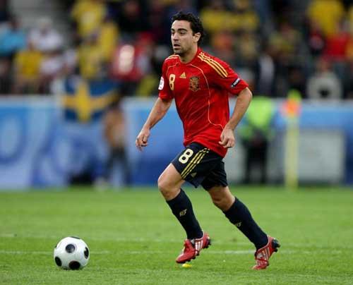 Tiền vệ trung tâm hay nhất: Xavi xếp trên Pirlo - 1