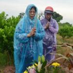 Tin tức trong ngày - Vụ TMV Cát Tường: Gia đình đội mưa đi nhận mộ con