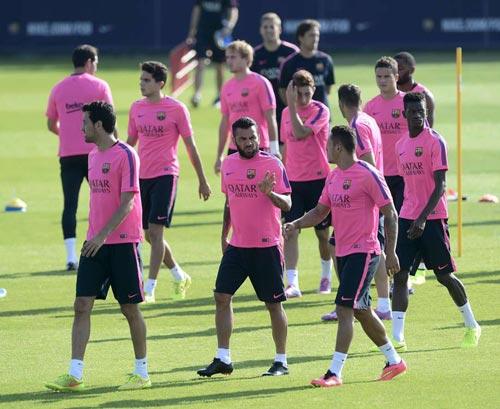 Enrique bảo vệ thủ môn, khẳng định tương lai Alves - 1