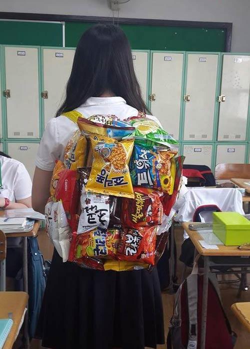 Khó hiểu với mốt đeo túi làm từ bim bim - 1