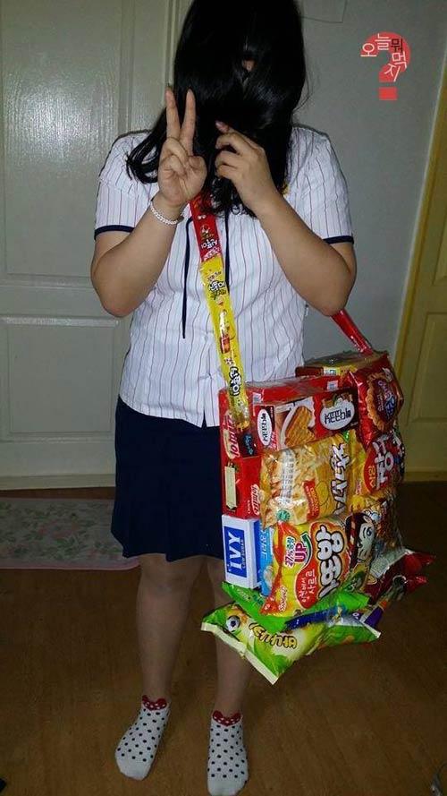 Khó hiểu với mốt đeo túi làm từ bim bim - 2