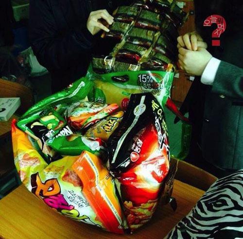 Khó hiểu với mốt đeo túi làm từ bim bim - 4