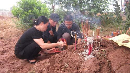 Vụ Cát Tường: Gia đình làm lễ cầu siêu cho chị Huyền - 3