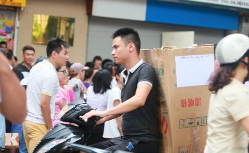 Đông nghẹt người mòn mỏi chờ mua hàng hiệu trốn thuế - 8