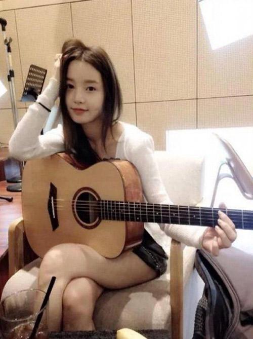 Hotgirl xứ Hàn khoe ảnh chơi guitar khiến fan ngơ ngẩn - 4