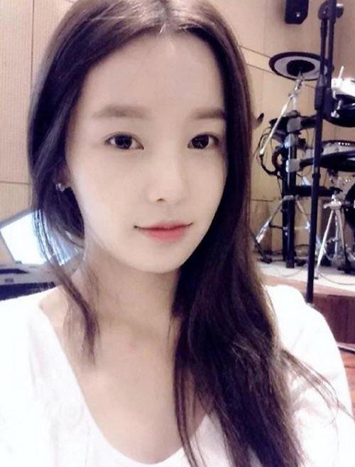 Hotgirl xứ Hàn khoe ảnh chơi guitar khiến fan ngơ ngẩn - 1