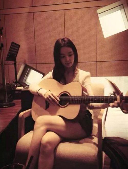 Hotgirl xứ Hàn khoe ảnh chơi guitar khiến fan ngơ ngẩn - 2
