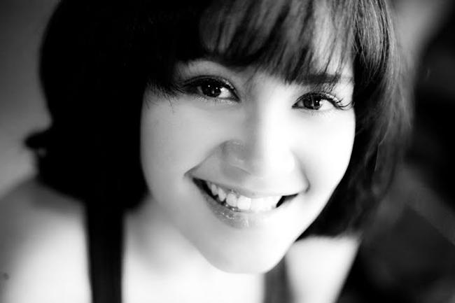 Tata Young sinh năm 1980 và là một trong những ngôi sao ca nhạc được 'phát hiện' sớm nhất ở Thái Lan. Cô khởi nghiệp năm mới 11 tuổi.
