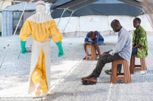 """Cận cảnh """"áo giáp lò hơi"""" chống virus sát thủ Ebola - 5"""