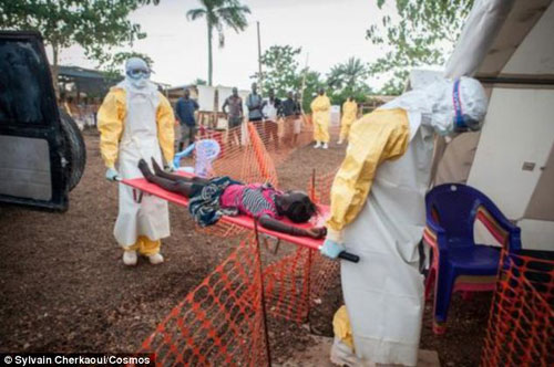 """Cận cảnh """"áo giáp lò hơi"""" chống virus sát thủ Ebola - 6"""