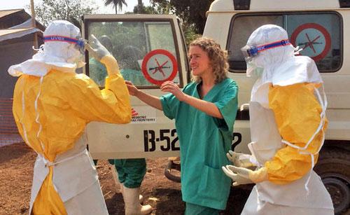 """Cận cảnh """"áo giáp lò hơi"""" chống virus sát thủ Ebola - 1"""