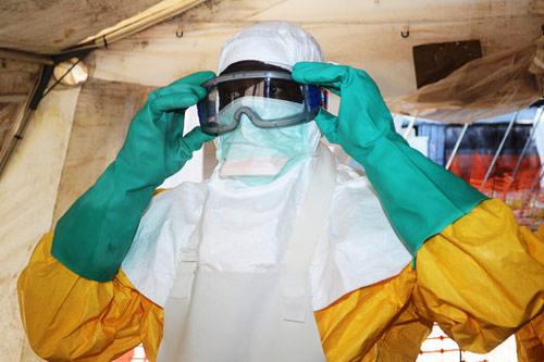 """Cận cảnh """"áo giáp lò hơi"""" chống virus sát thủ Ebola - 3"""