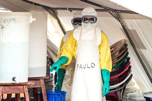 """Cận cảnh """"áo giáp lò hơi"""" chống virus sát thủ Ebola - 2"""
