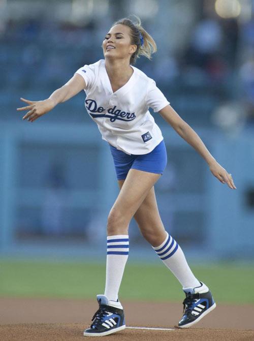 Người đẹp có tí hơi men ném bóng chày ấn tượng - 1