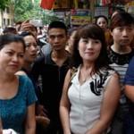 Thị trường - Tiêu dùng - Người Hà Nội bỏ việc, xếp hàng mua đồ hiệu thanh lý