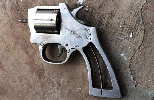 NK141: Rút súng bắn cảnh sát vì bạn gái không đội mũ BH - 1