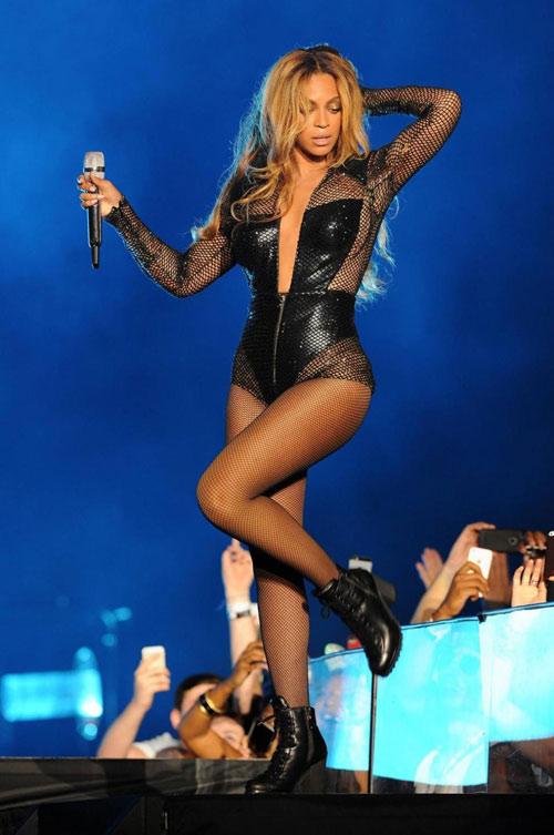 """Show diễn tục tĩu của Miley Cyrus bị """"sờ gáy"""" - 3"""