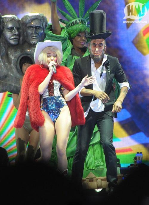 """Show diễn tục tĩu của Miley Cyrus bị """"sờ gáy"""" - 2"""