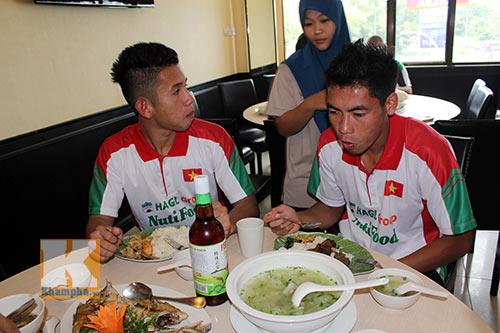 """Cầu thủ U19 """"nhiệt tình"""" chén món Việt ở Brunei - 1"""