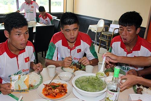 """Cầu thủ U19 """"nhiệt tình"""" chén món Việt ở Brunei - 7"""