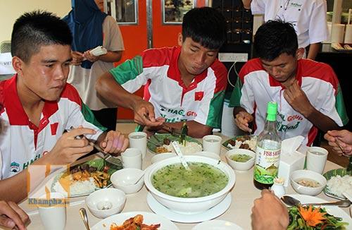"""Cầu thủ U19 """"nhiệt tình"""" chén món Việt ở Brunei - 8"""
