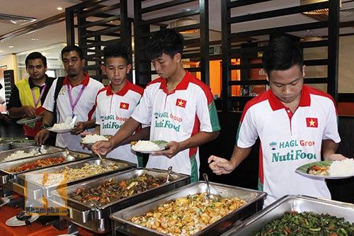 """Cầu thủ U19 """"nhiệt tình"""" chén món Việt ở Brunei - 9"""