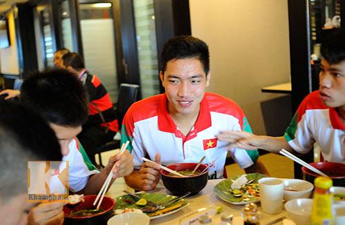 """Cầu thủ U19 """"nhiệt tình"""" chén món Việt ở Brunei - 11"""