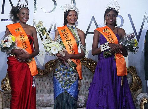 Lộ ảnh khỏa thân, hoa hậu Zimbabwe trả vương miện - 1