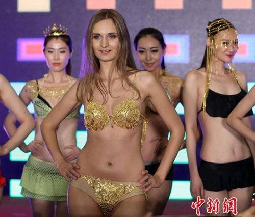 3 bộ trang phục vàng ròng gây sửng sốt châu Á - 2