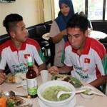 """Bóng đá - Cầu thủ U19 """"nhiệt tình"""" chén món Việt ở Brunei"""