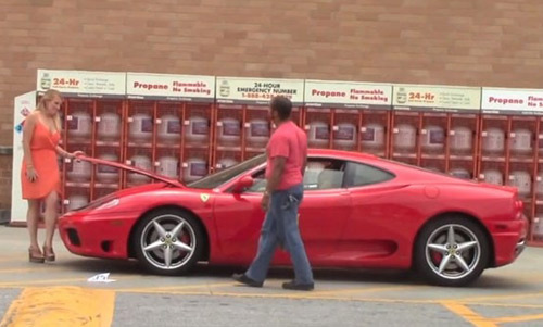 """Video: Phụ nữ """"hút giai"""" hơn khi lái siêu xe Ferrari - 1"""