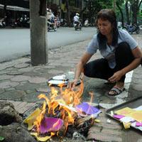 Hà Nội nghi ngút khói vì đốt vàng mã dịp Vu lan