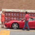 """Ô tô - Xe máy - Video: Phụ nữ """"hút giai"""" hơn khi lái siêu xe Ferrari"""