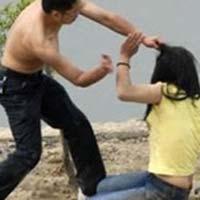 """Bố đánh con gái ruột để """"đuổi vong"""""""