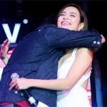 Ca nhạc - MTV - Bạn trai tin đồn ôm chặt Hoàng Thùy Linh trước mặt fan