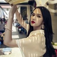 Hương Giang Idol đẹp dịu dàng giữa phố chợ
