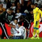 """Bóng đá - Fan cuồng lẻn xuống sân """"cưỡng hôn"""" Ronaldo"""