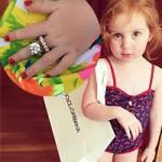 Thời trang - Bé gái 2 tuổi chơi đồ hiệu khiến dân mạng mê mẩn
