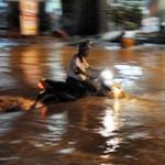 Tin tức trong ngày - Chùm ảnh: Mưa lớn nhất từ đầu năm, TP.HCM ngập sâu