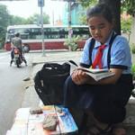 Bạn trẻ - Cuộc sống - Cô bé vừa học vừa bán vé số lề đường ở Sài Gòn